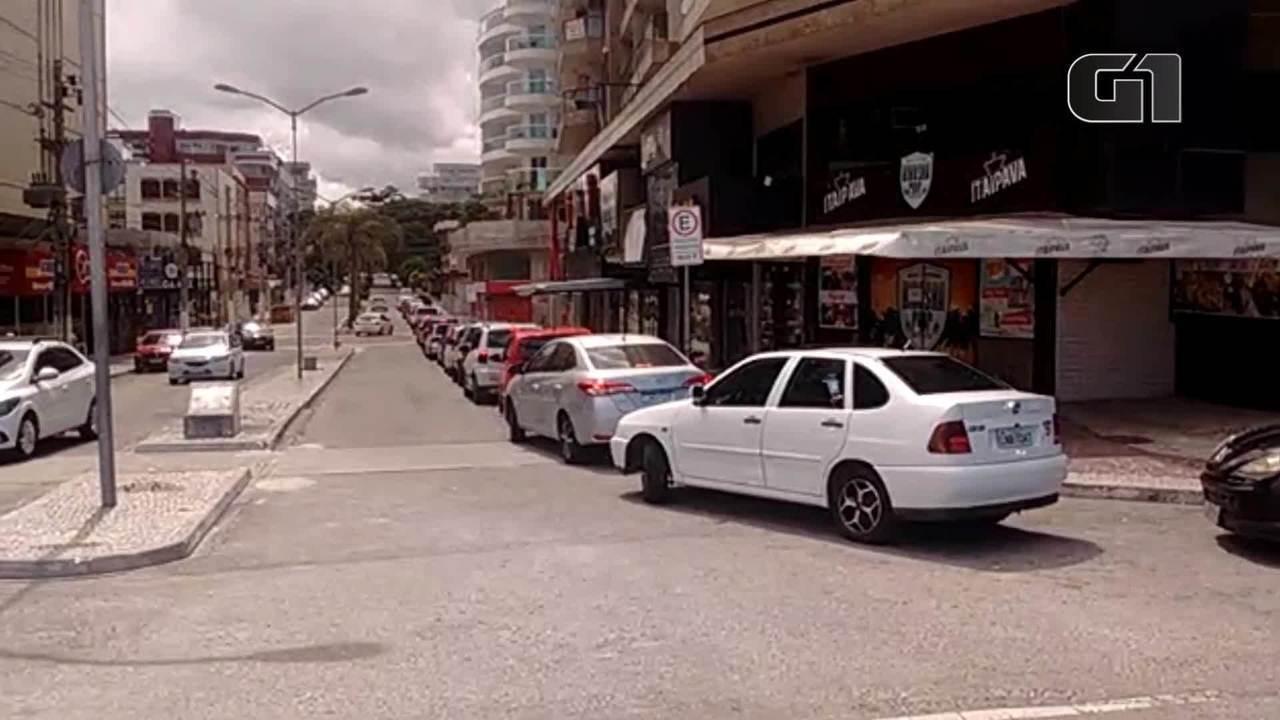 Procura por vacinação de idosos contra a gripe gera fila de carros com cerca de 1 km