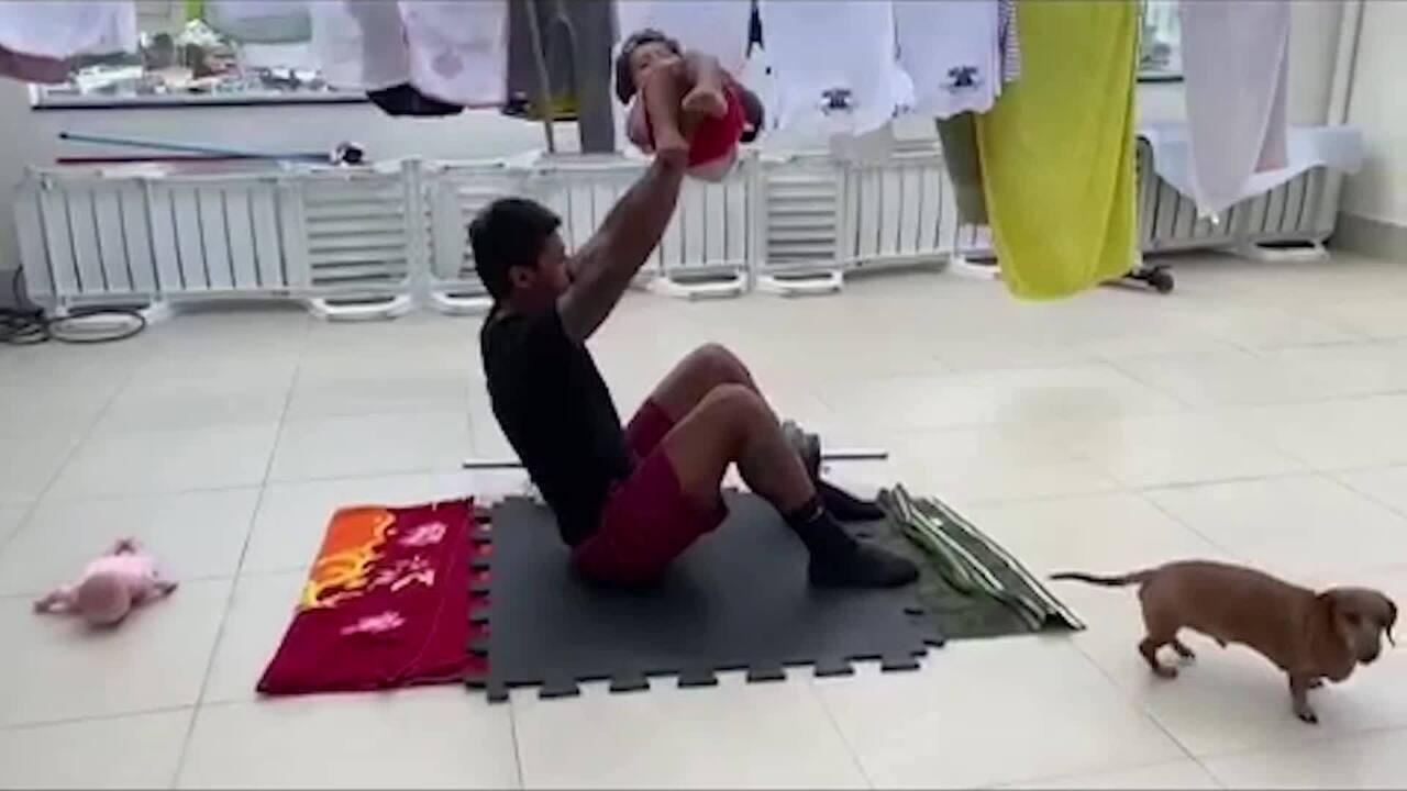 Paulinho improvisa e se mantém em forma treinando com os filhos