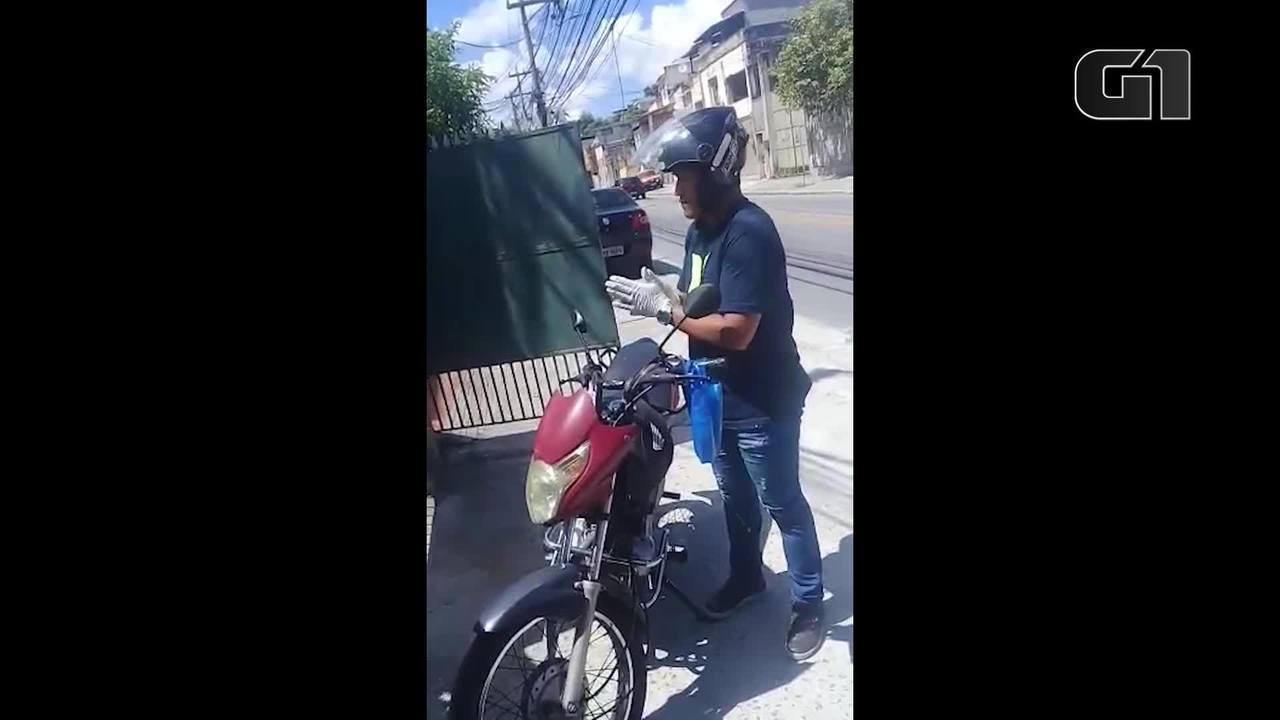 Motoboy solidário do RJ faz entrega grátis para idosos manterem isolamento social