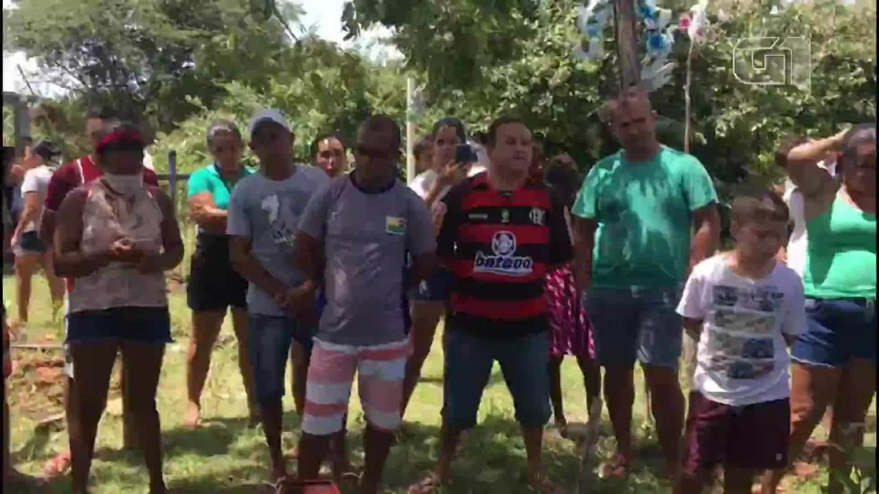 Amigos e familiares cantam músicas de Paulinho Paixão durante sepultamento