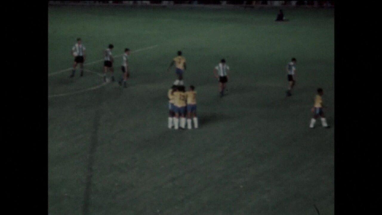 Em 1970, Pelé faz golaço por cobertura em amistoso contra a Argentina