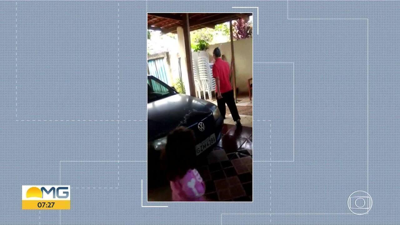 Divino Fidelis Monteiro dá voltas em torno do carro para se exercitar