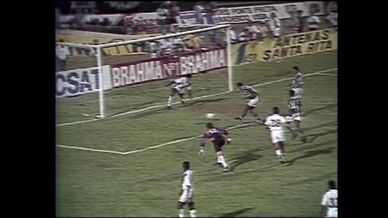 Em 1995, Rivaldo invade a área, dribla goleiro e faz golaço pelo Palmeiras contra a Ponte Preta