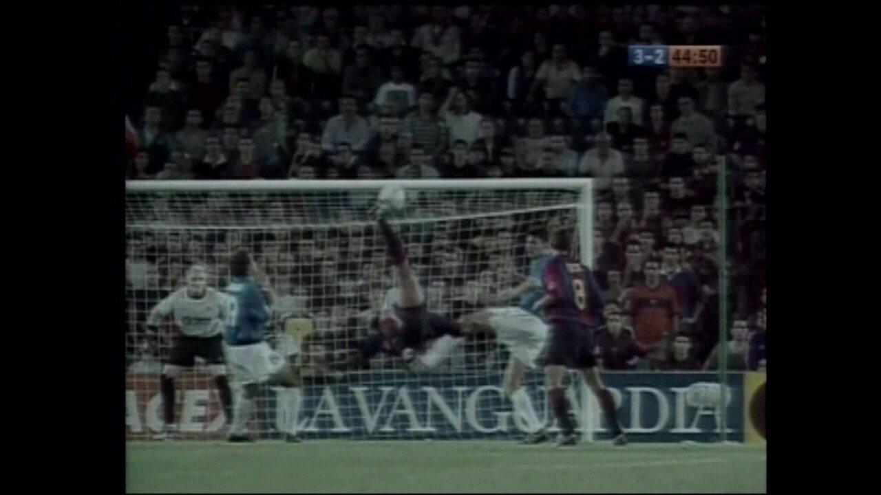 Pelo Barcelona, Rivaldo faz golaço de bicicleta contra o Valencia