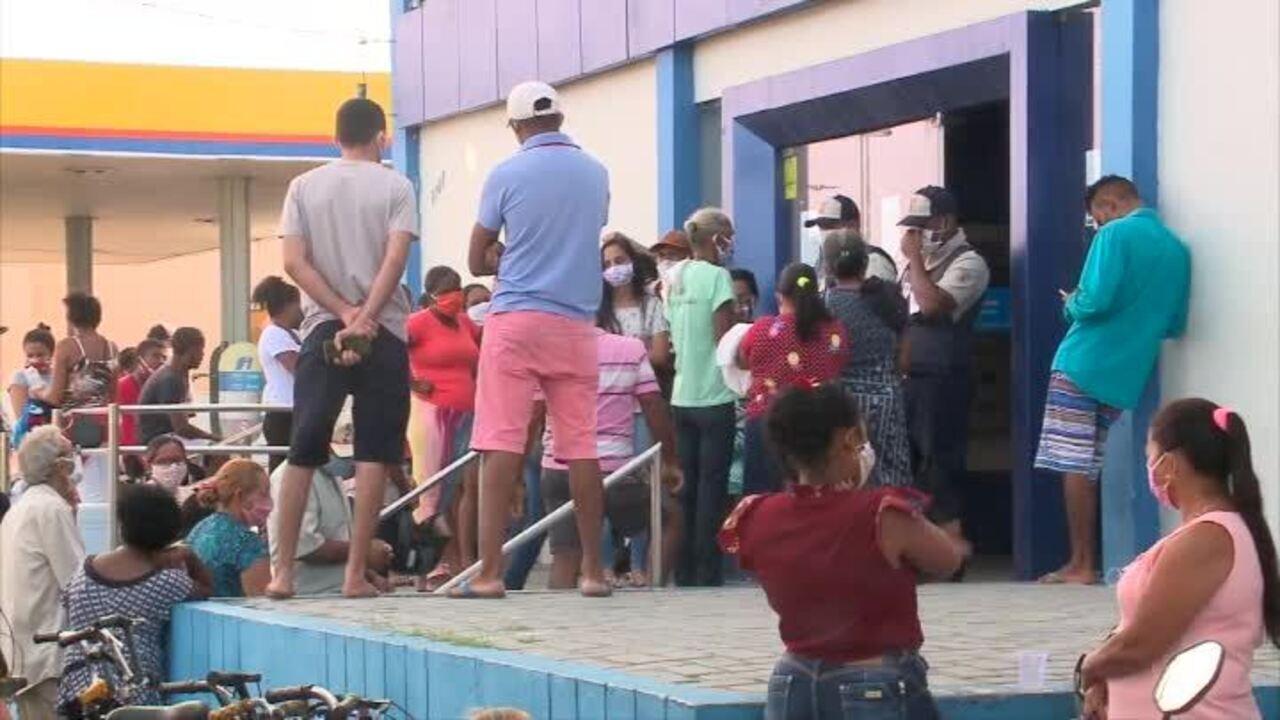 Multidões se aglomeram em agências da Caixa de Teresina em busca do auxílio emergencial