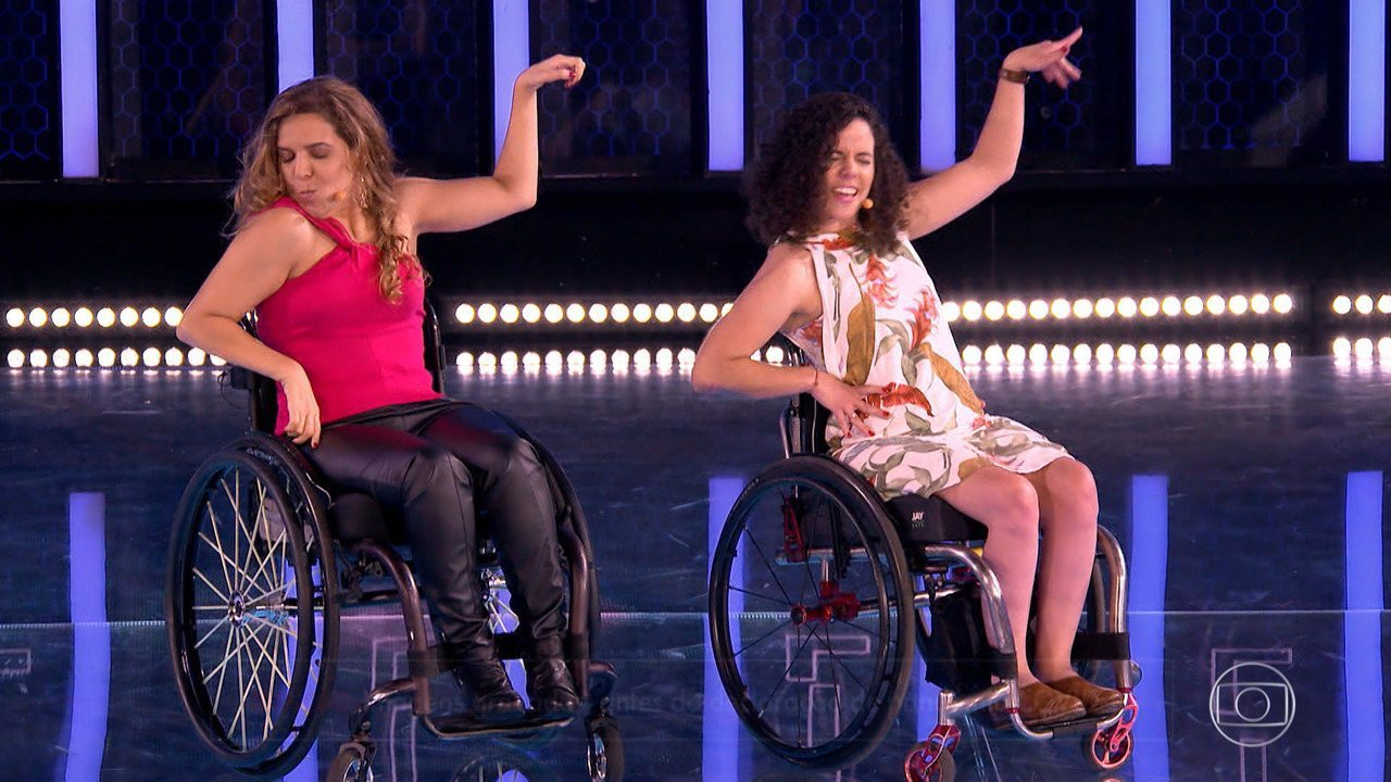Carla e Mariana fazem apresentação de Street Cadeirante após participarem do 'The Wall'