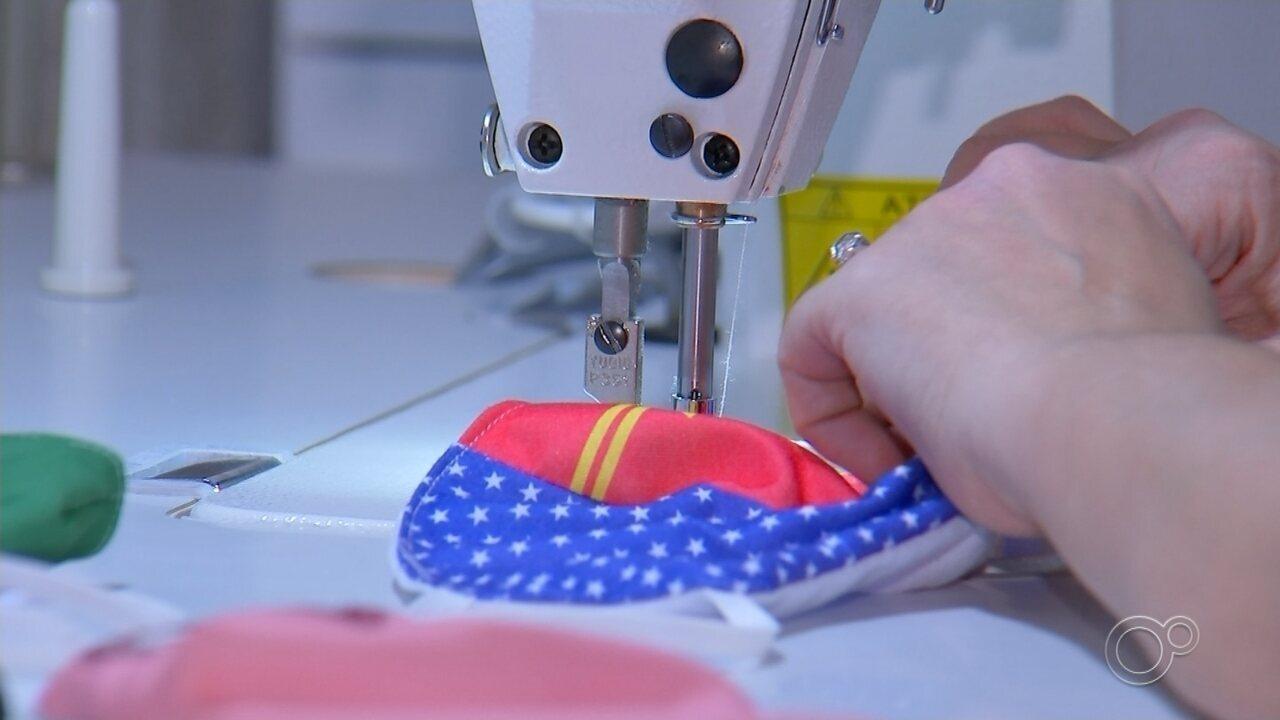Moradores produzem máscaras com cores diferentes na região de Sorocaba