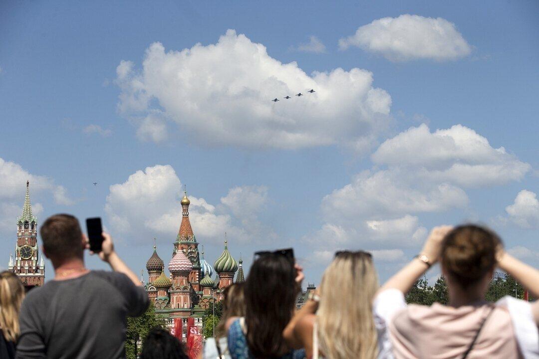 Multidão acompanha desfile militar do Dia da Vitória em Moscou, na Rússia
