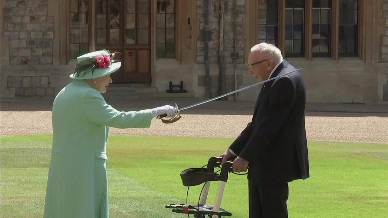 Rainha Elizabeth II concede título de cavaleiro ao centenário capitão Tom Moore
