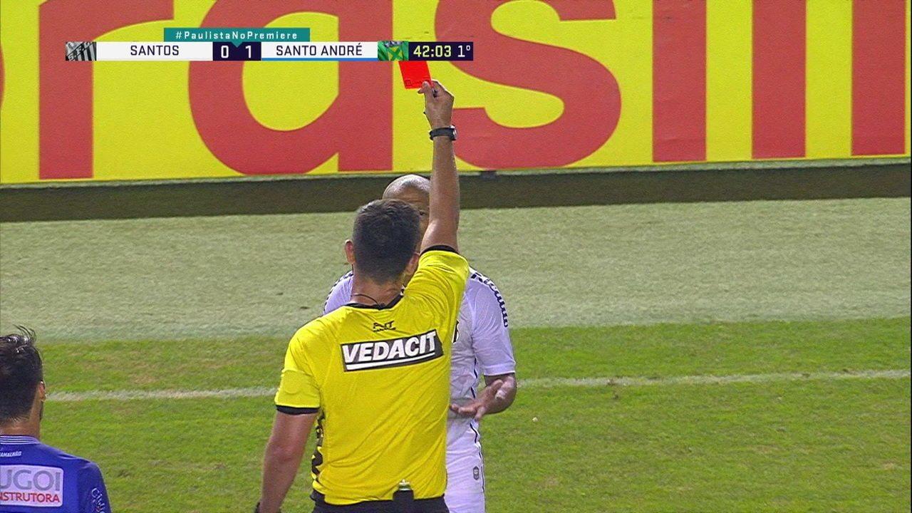 Carlos Sánchez faz falta em Ricardo Luz, recebe o segundo amarelo e é expulso, aos 42' do 1º tempo