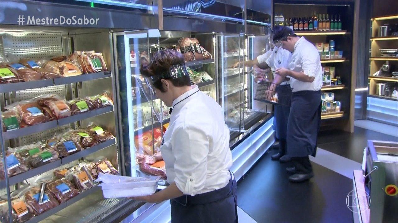 Os chefs preparam a 'entrada' do menu