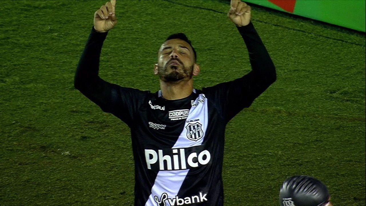 Gol da Ponte Preta! Bruno Rodrigues solta bomba, goleiro defende e, no rebote, Moisés empurra pro fundo do gol, aos 15 do 2º tempo