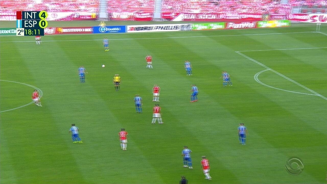Saravia é expulso ao puxar Sapeka, que ia em direção ao gol aos 18' do 2T