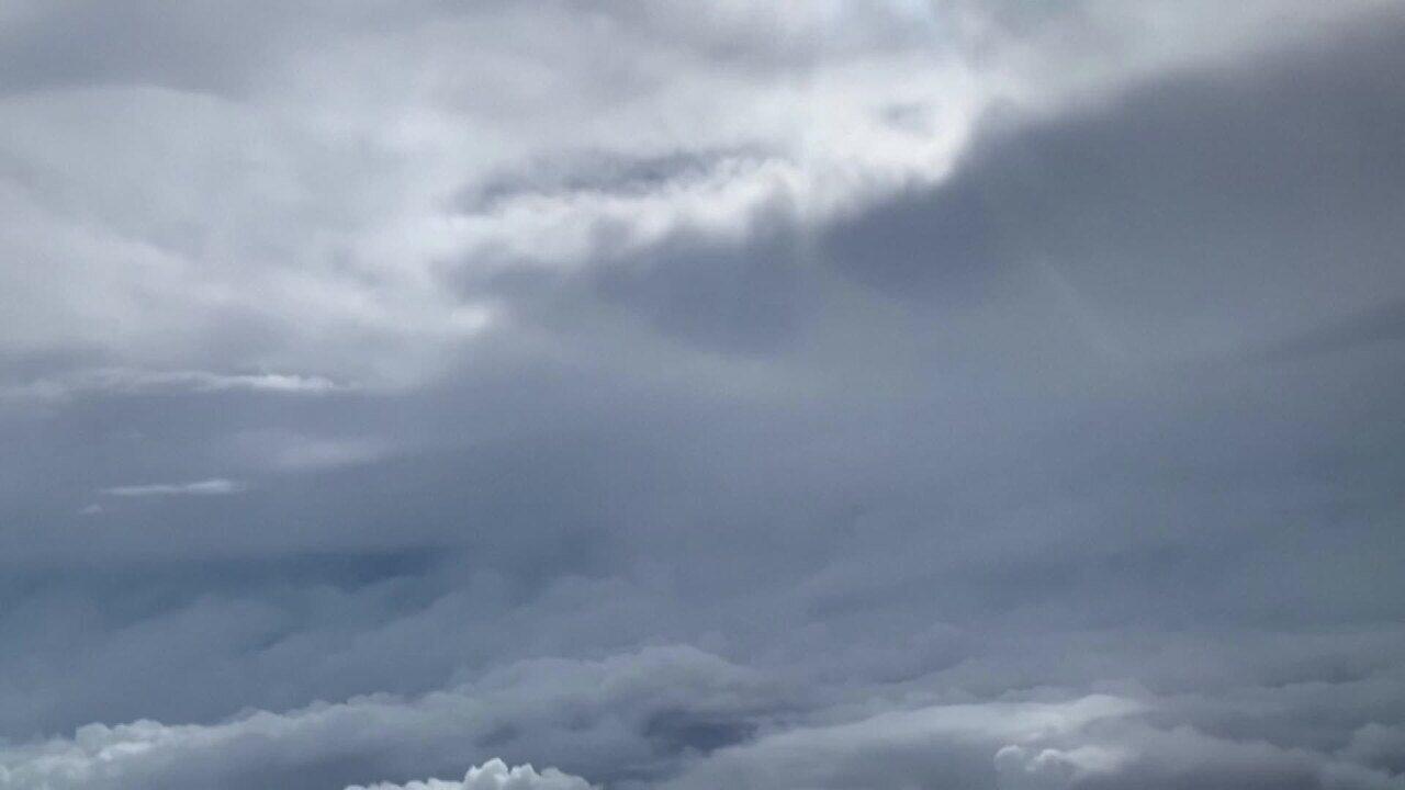 Avião sobrevoa olho do furacão Laura, no Golfo do México