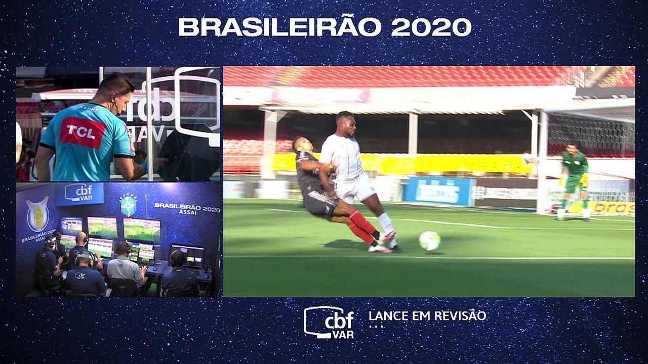 VAR é acionado para avaliar dividida entre Lucas Claro e Igor Vinícius, aos 27 do 1º tempo