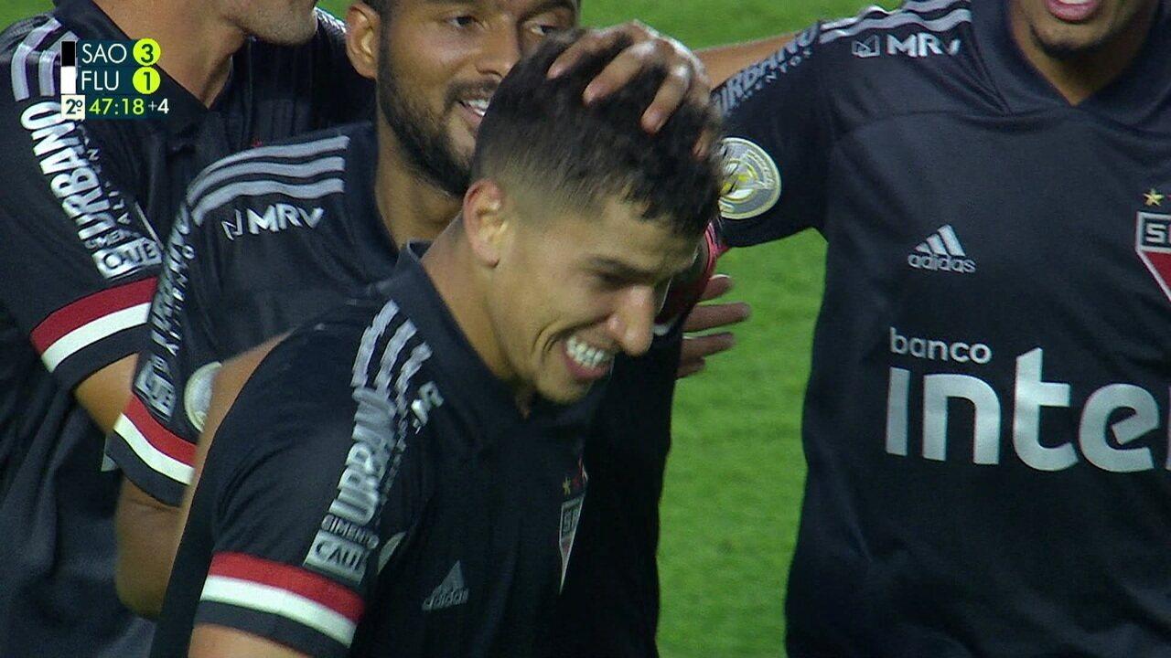 Gol do São Paulo! Vitor Bueno bate forte e bonito de fora da área e faz um belo gol, aos 46 do 2º tempo