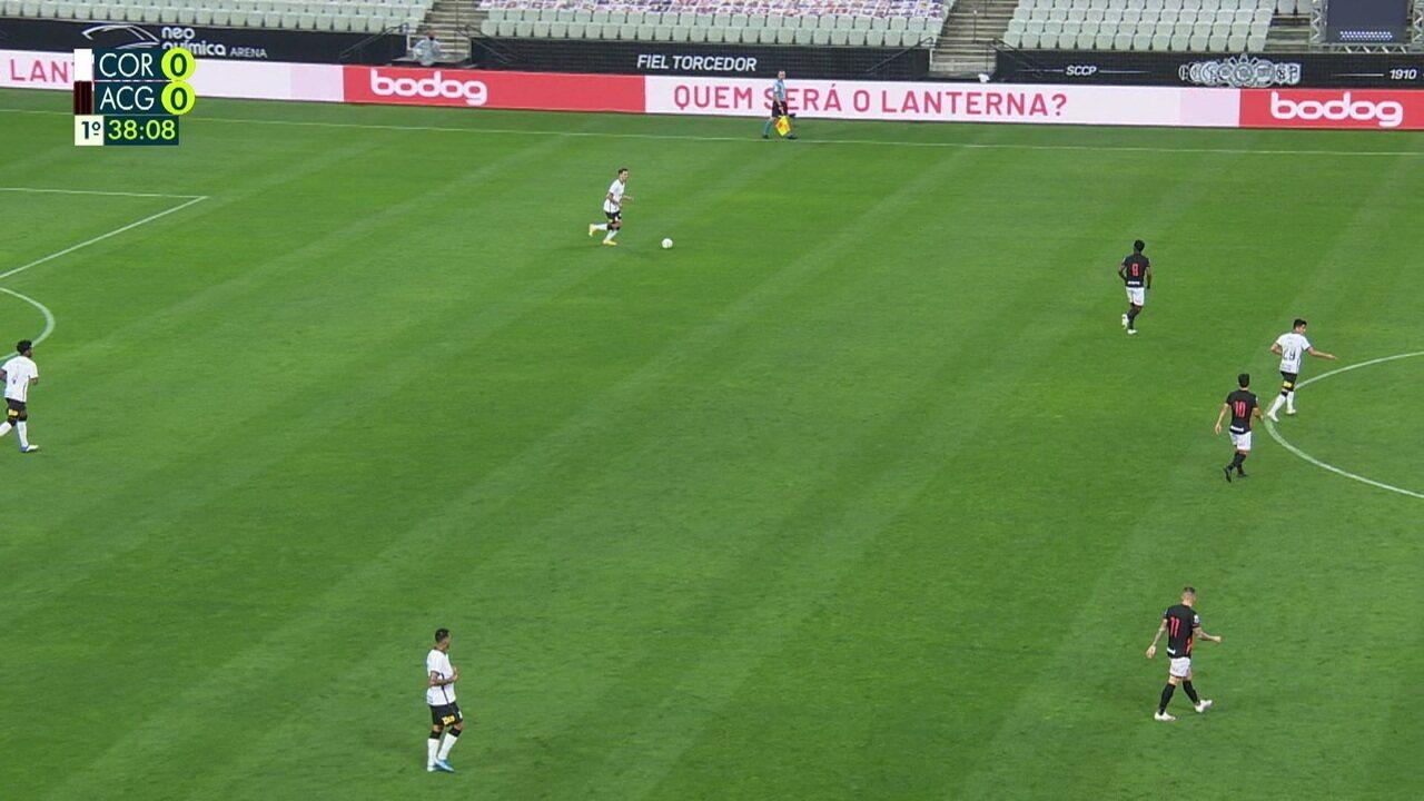 Corinthians troca passes no campo de defesa e não consegue avançar, aos 38 do 1º tempo