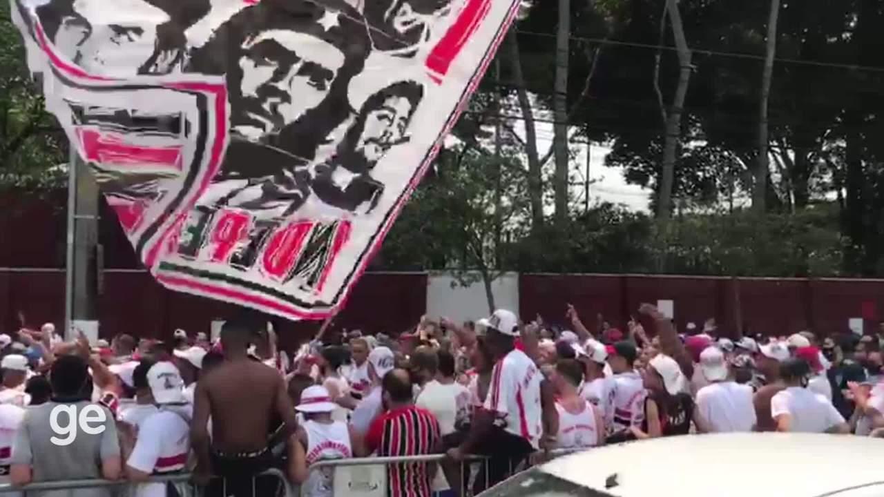 Torcedores do São Paulo cobram Daniel Alves em protesto