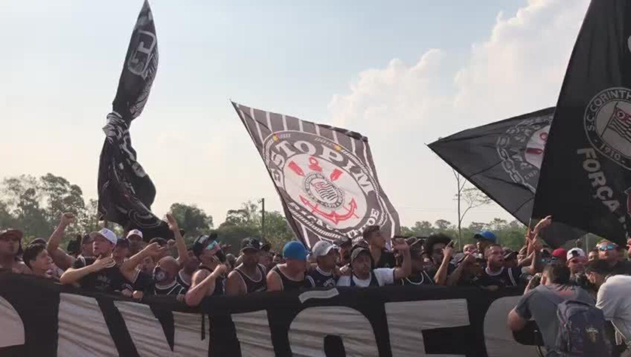 Aglomerados, torcedores do Corinthians protestam na porta do CT; muitos sem máscara