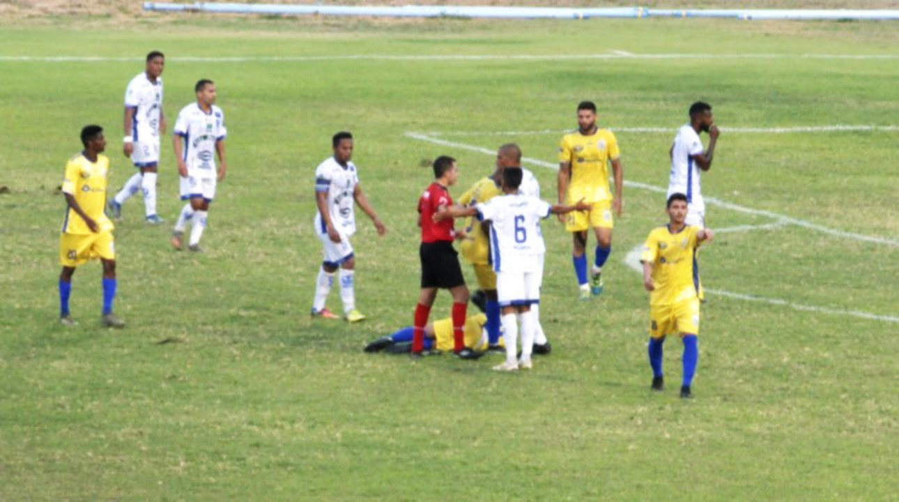 Lateral é expulso ao usar o braço e pergunta motivo do cartão ao árbitro