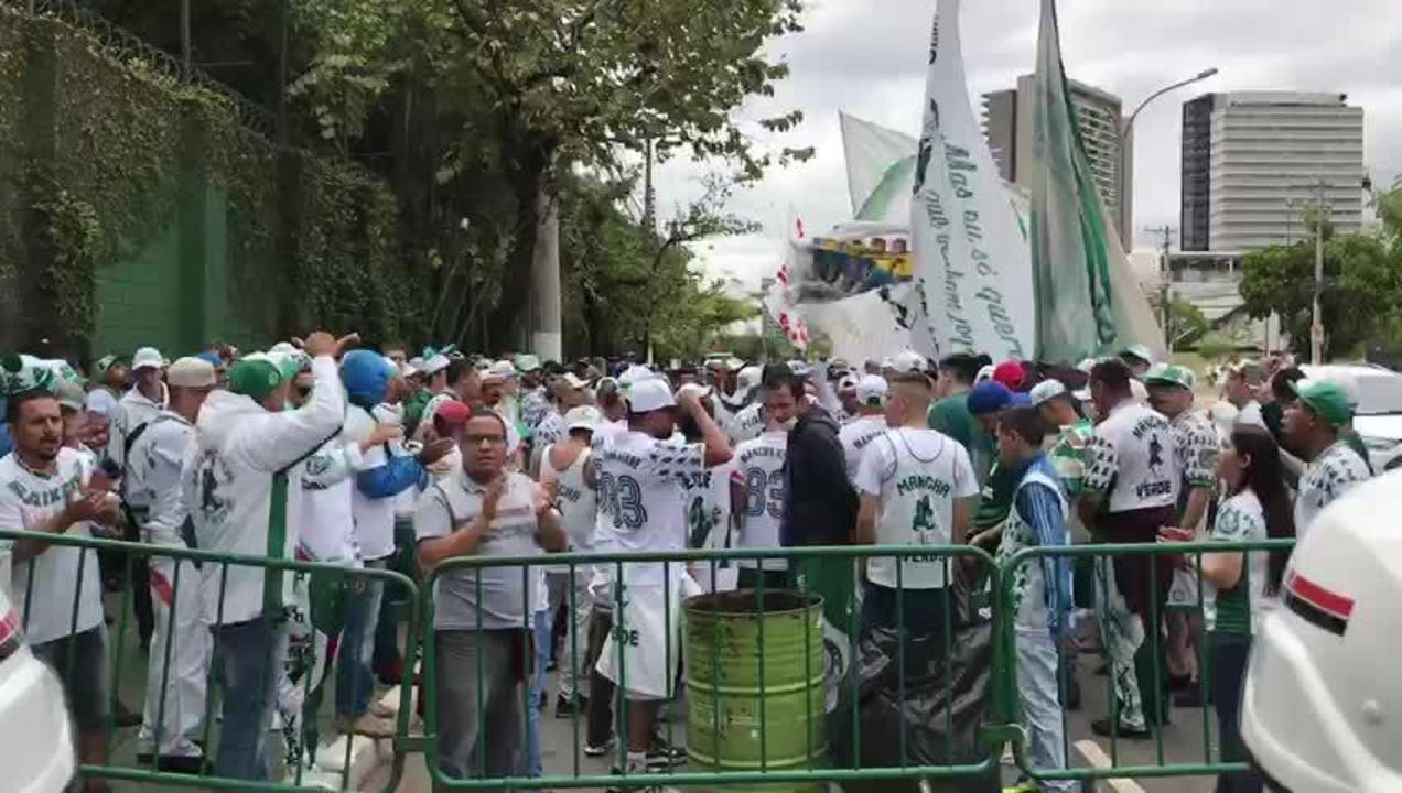 Torcedores do Palmeiras protestam na Academia de Futebol