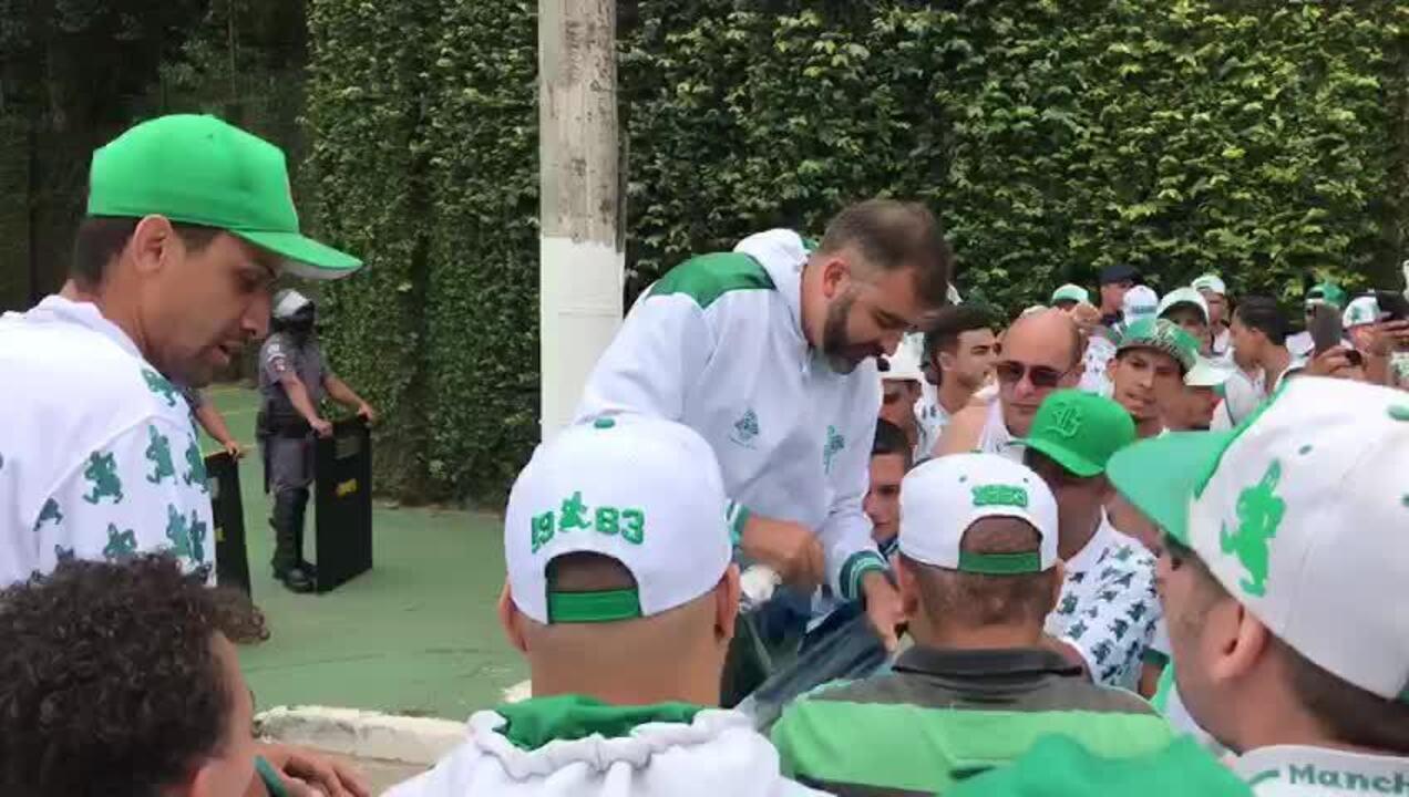Torcedores do Palmeiras rasgam bandeira de Felipe Melo