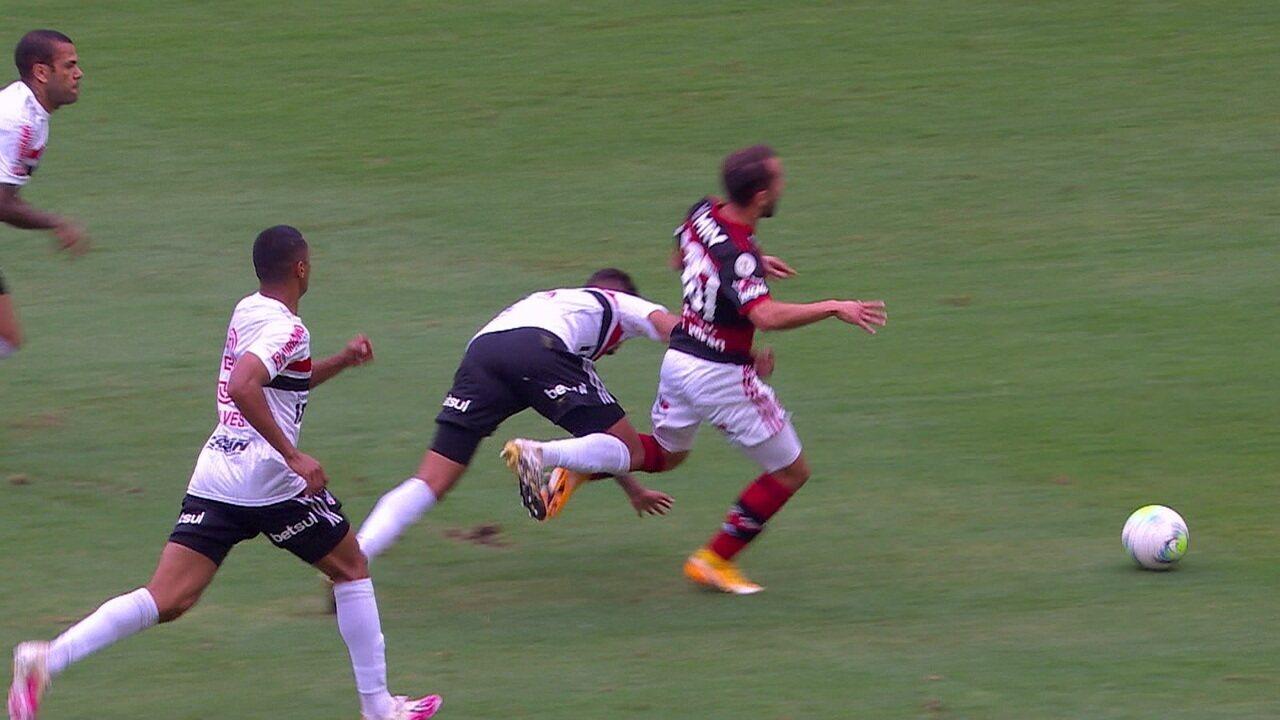 Pênalti! Após VAR, árbitro marca falta de Diego Costa em Éverton Ribeiro, aos 27' do 1º T