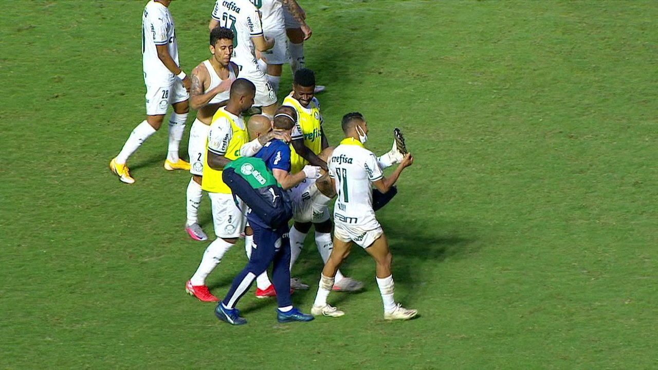 Felipe Melo deixa o campo carregado pelos colegas