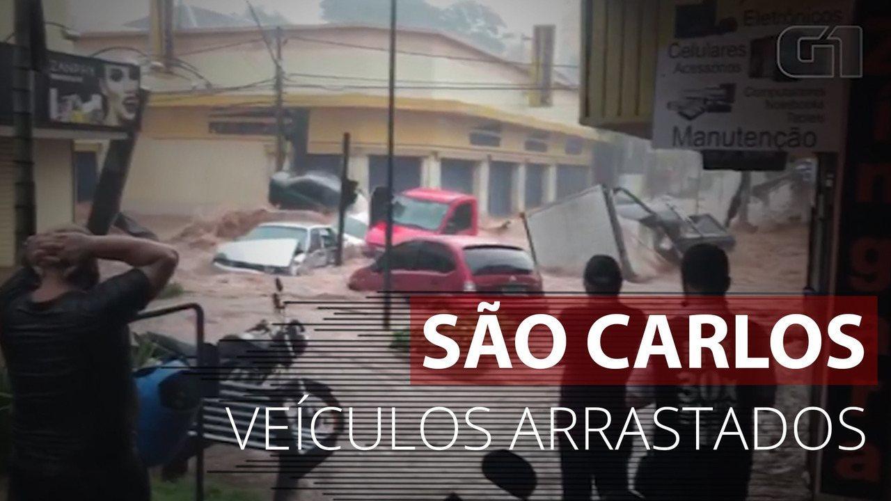 Carros são arrastados pela chuva em São Carlos