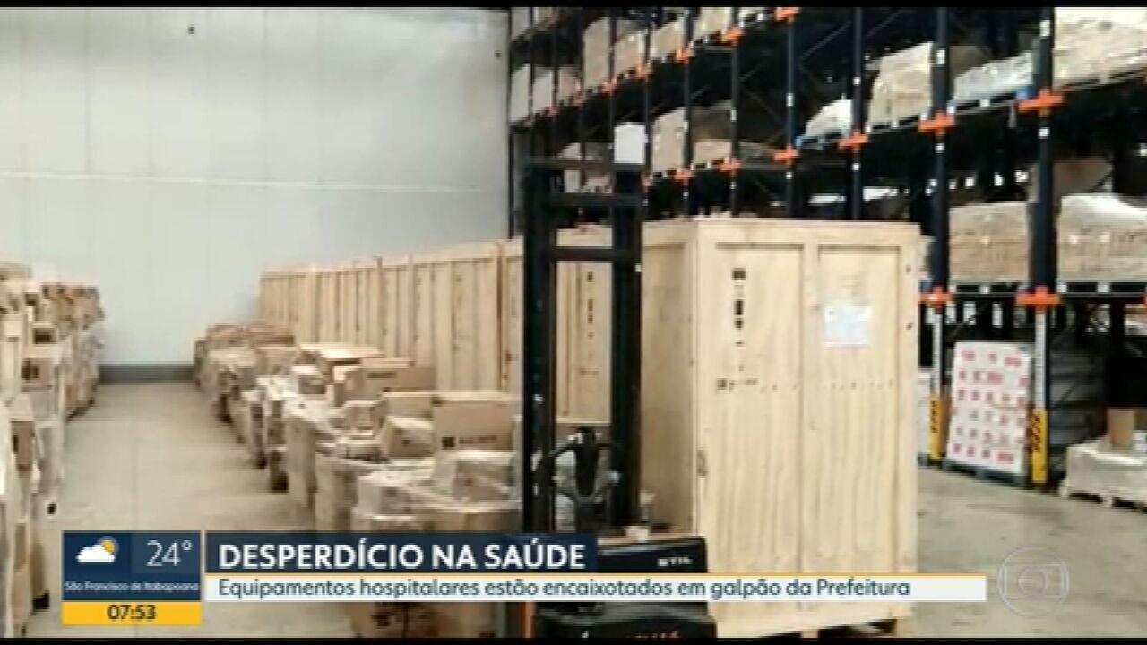 Equipamentos hospitalares da Prefeitura do Rio estão encaixotados em galpão