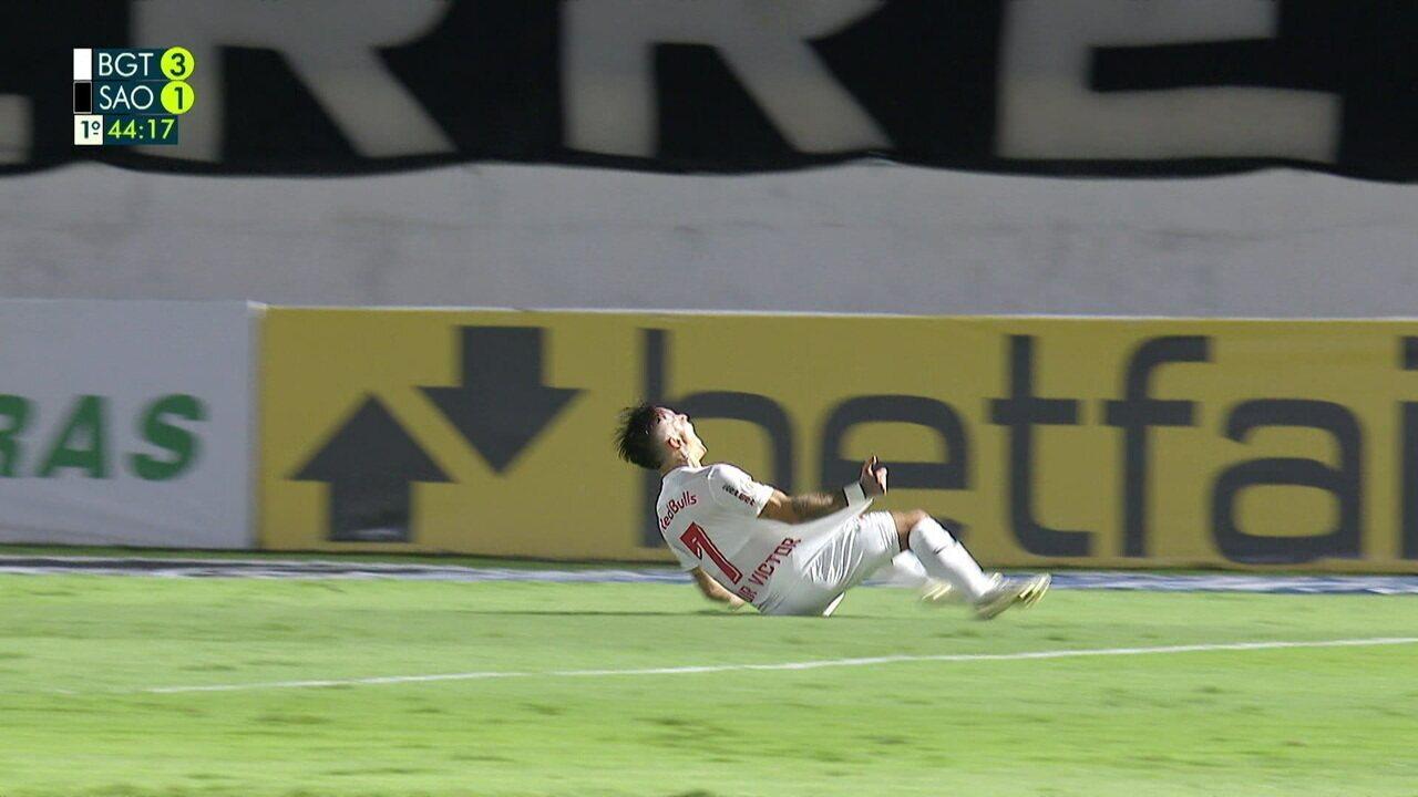 Gol do Bragantino! Diego Costa é desarmado, Artur recebe livre e fa o quarto, aos 44 do 1º tempo