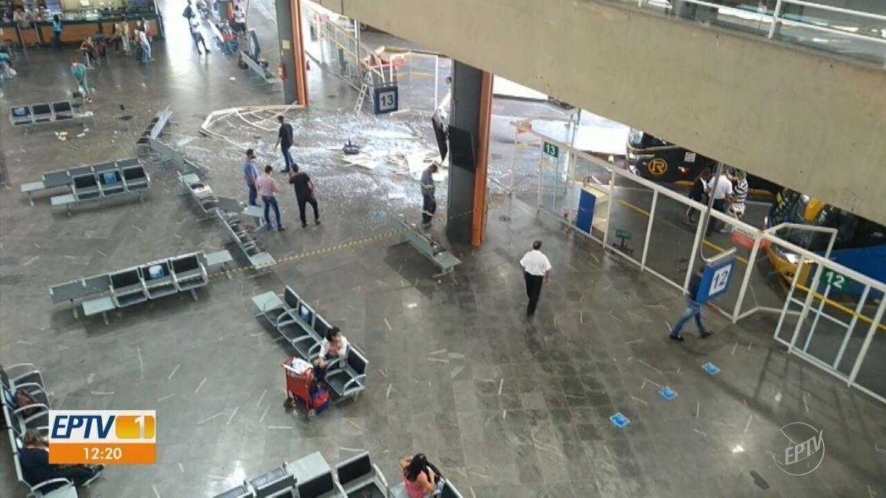 Ônibus invade terminal na Rodoviária de Campinas