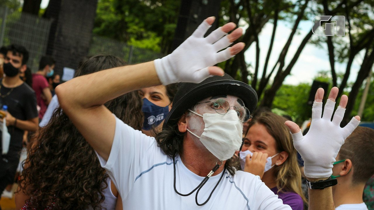Professor de literatura faz mímica em frente a local de prova do Enem em Ribeirão Preto