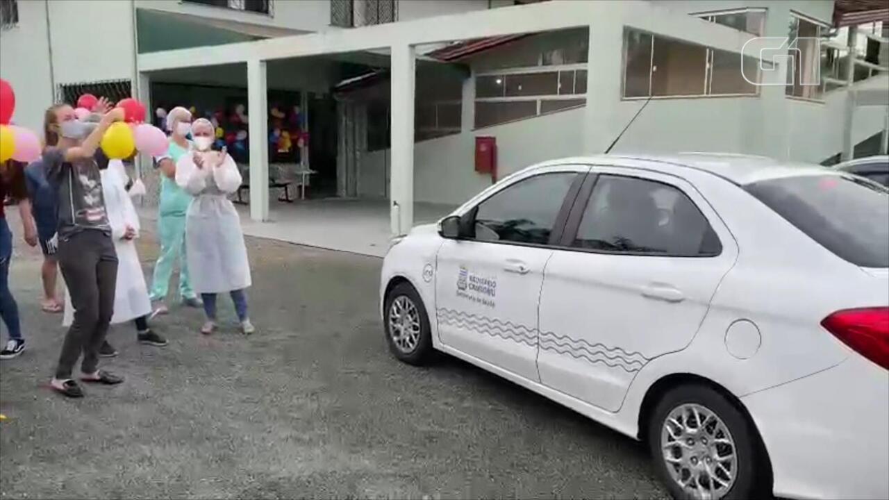 Carro com doses de vacina é recebido com festa em ILPI de Balneário Camboriú