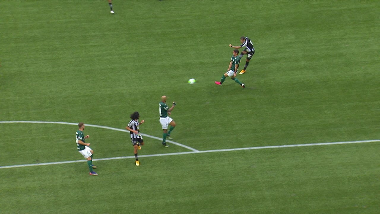 Gol do Botafogo! Matheus Nascimento recupera a bola e acha Rafael Navarro, que faz um golaço