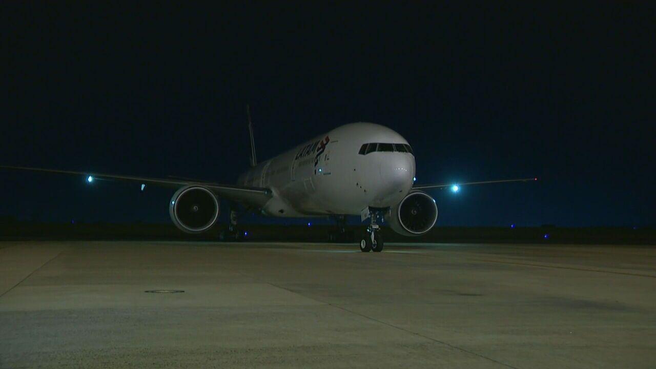 Avião com insumos da CoronaVac chega a Campinas, SP