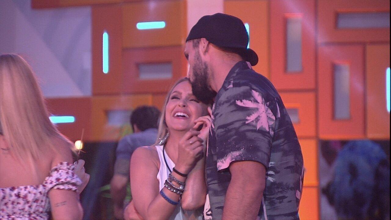 Arthur ganha carinho de Carla Diaz e abraça a sister no BBB21