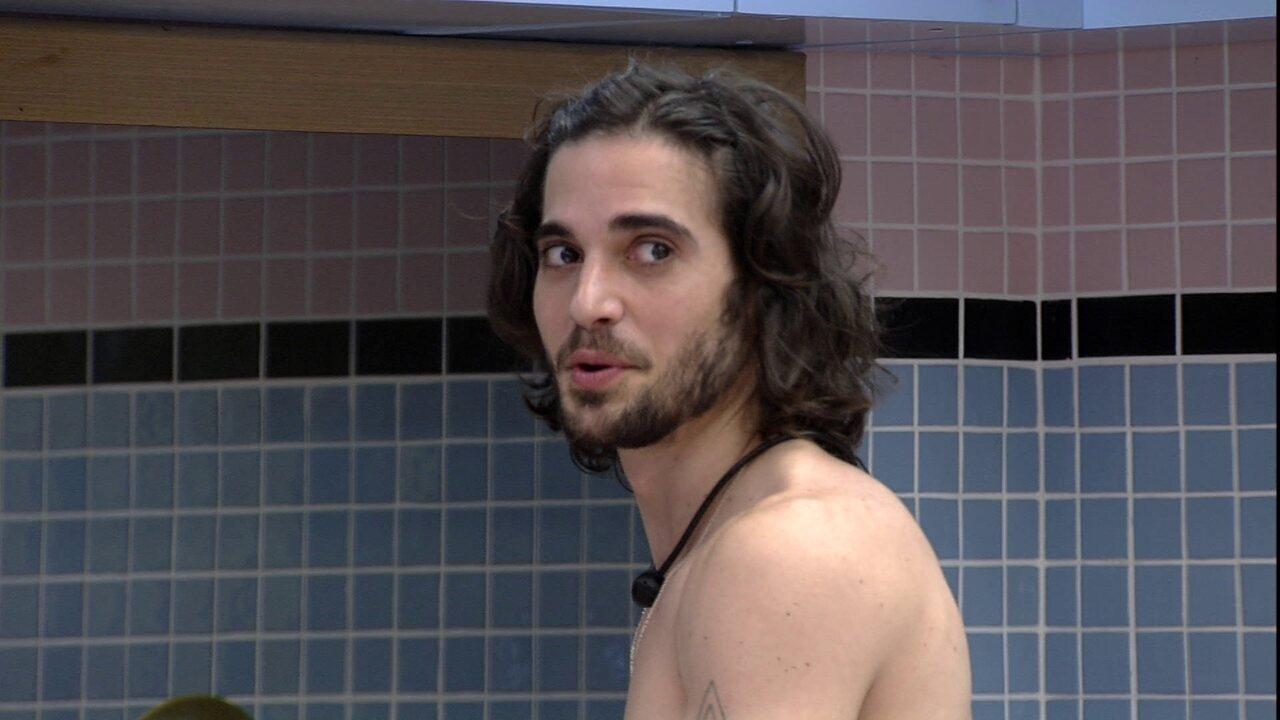 Fiuk do BBB21, brinca e mostra a João Luiz como é ser reconhecido por fãs