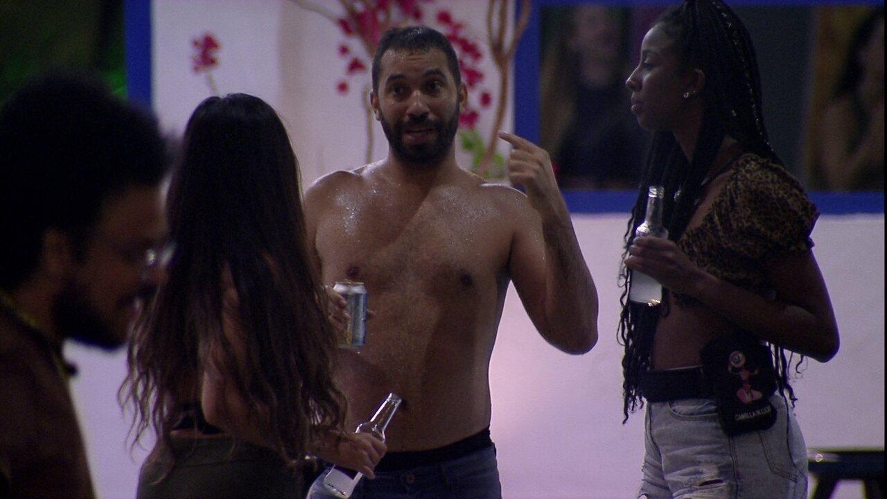 Gilberto conta que pediu para Arthur perguntar a Sarah em brincadeira: 'Vontade de beijar'