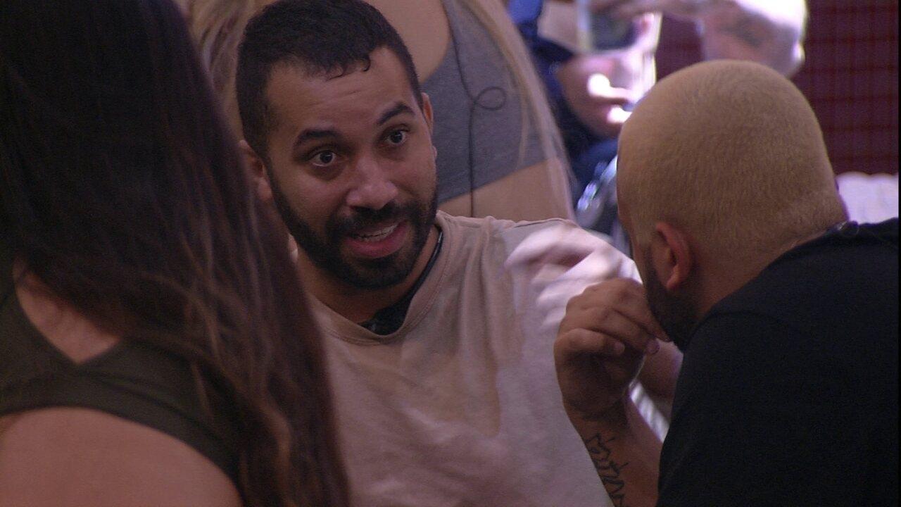 Gilberto conta a brother o que escutou de Karol Conká: 'Quem organizava tudo era Projota'