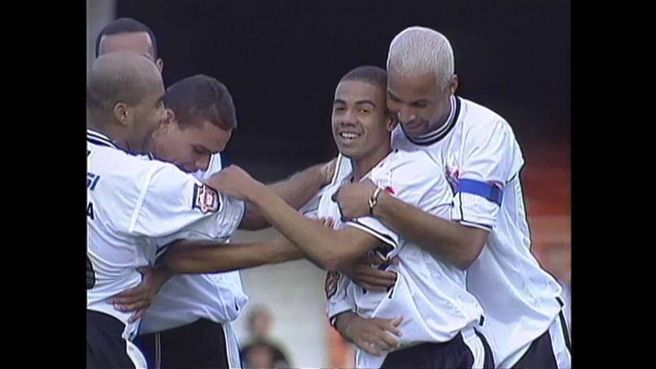 Gol de Gil em vitória por 4 a 2 em 2000