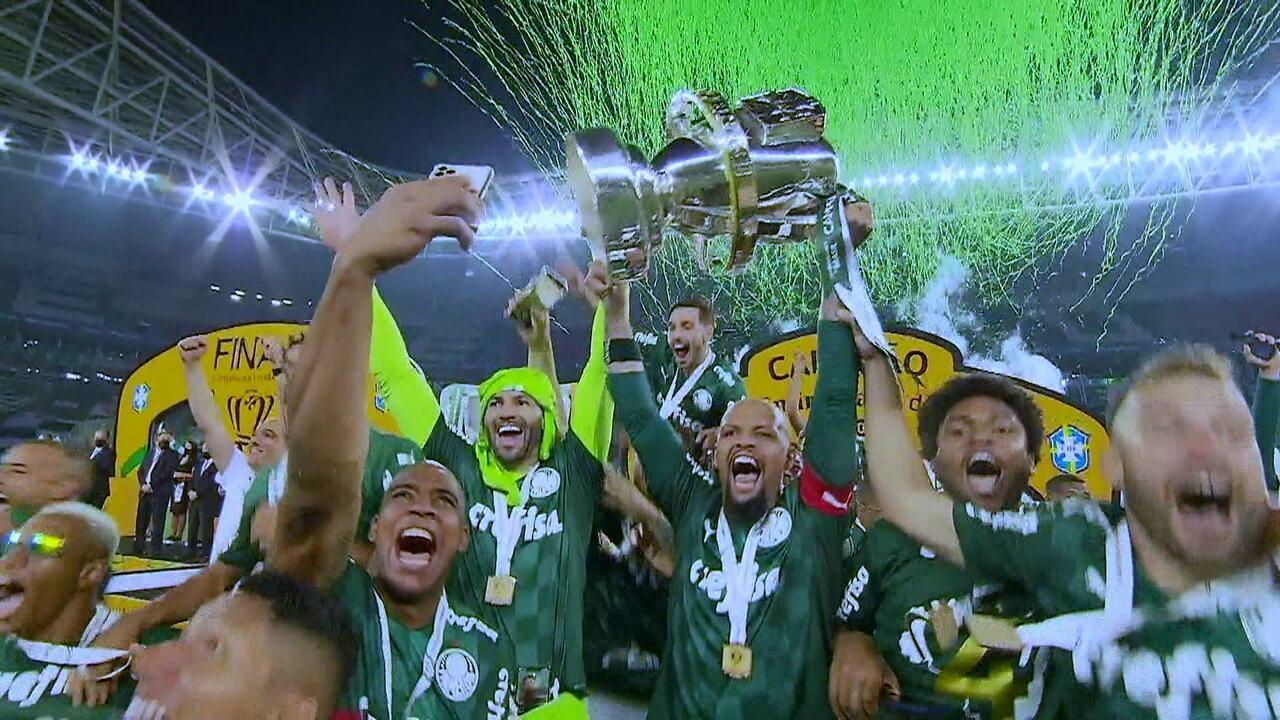 Jogadores do Palmeiras levantam a taça de campeão da Copa do Brasil 2020