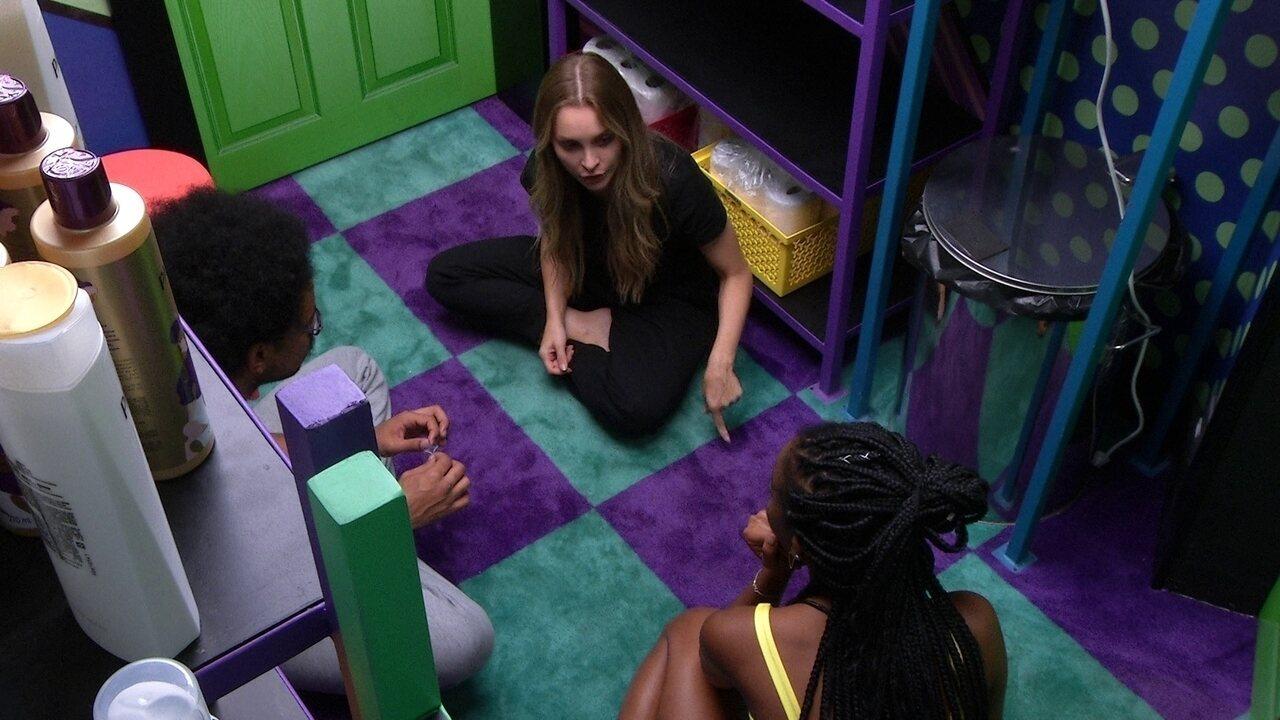 """Carla Diaz aconselha Camilla de Lucas: 'Você abriu muita coisa para o Gil. Cuidado!""""."""