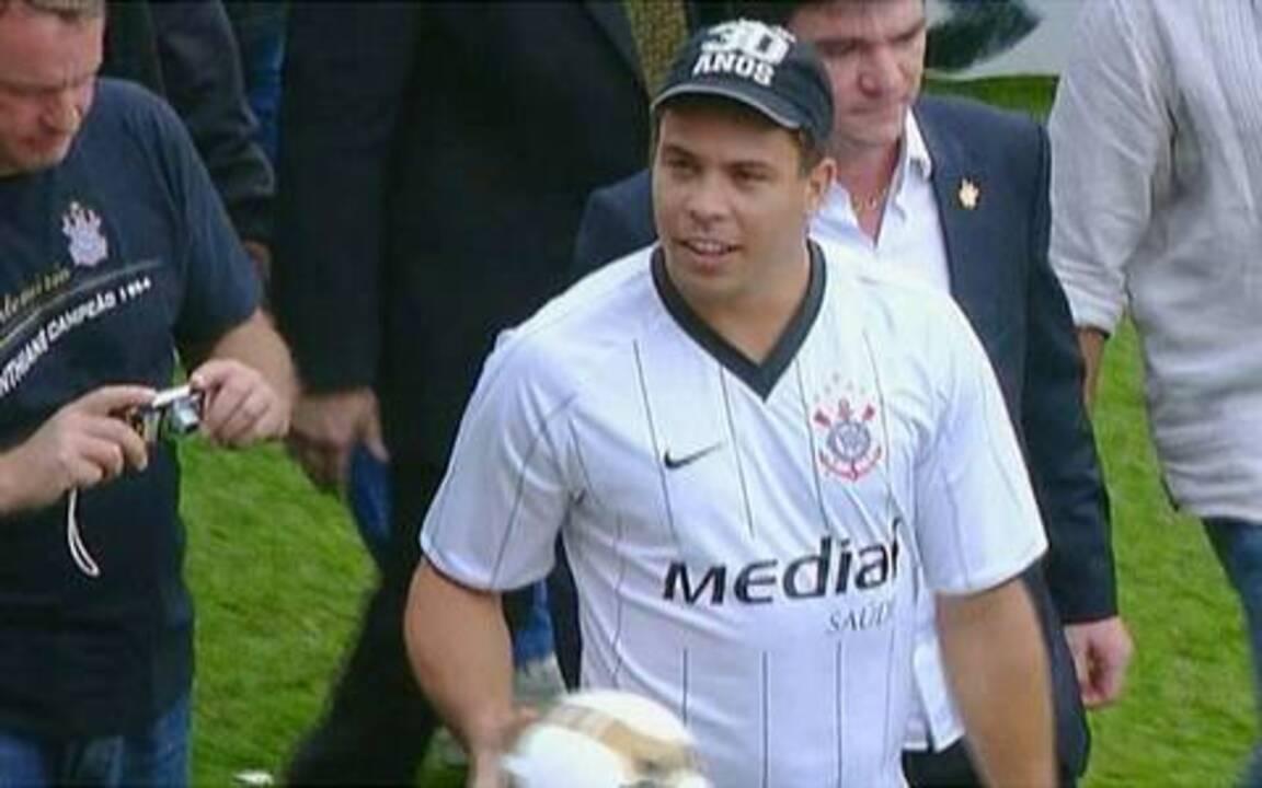 Ronaldo é apresentado à torcida do Corinthians
