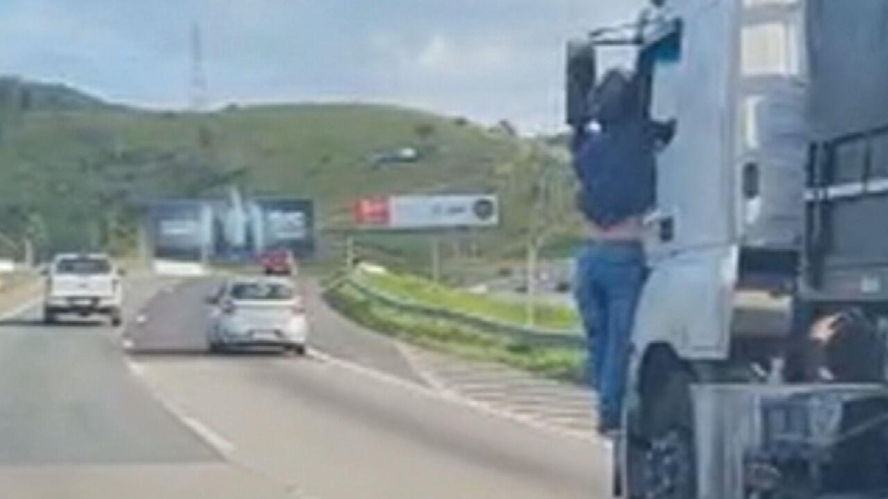 Fantástico entrevista motociclista atropelado por caminhão: 'Esbofeteou meu rosto, segurei firme', diz sobre motorista