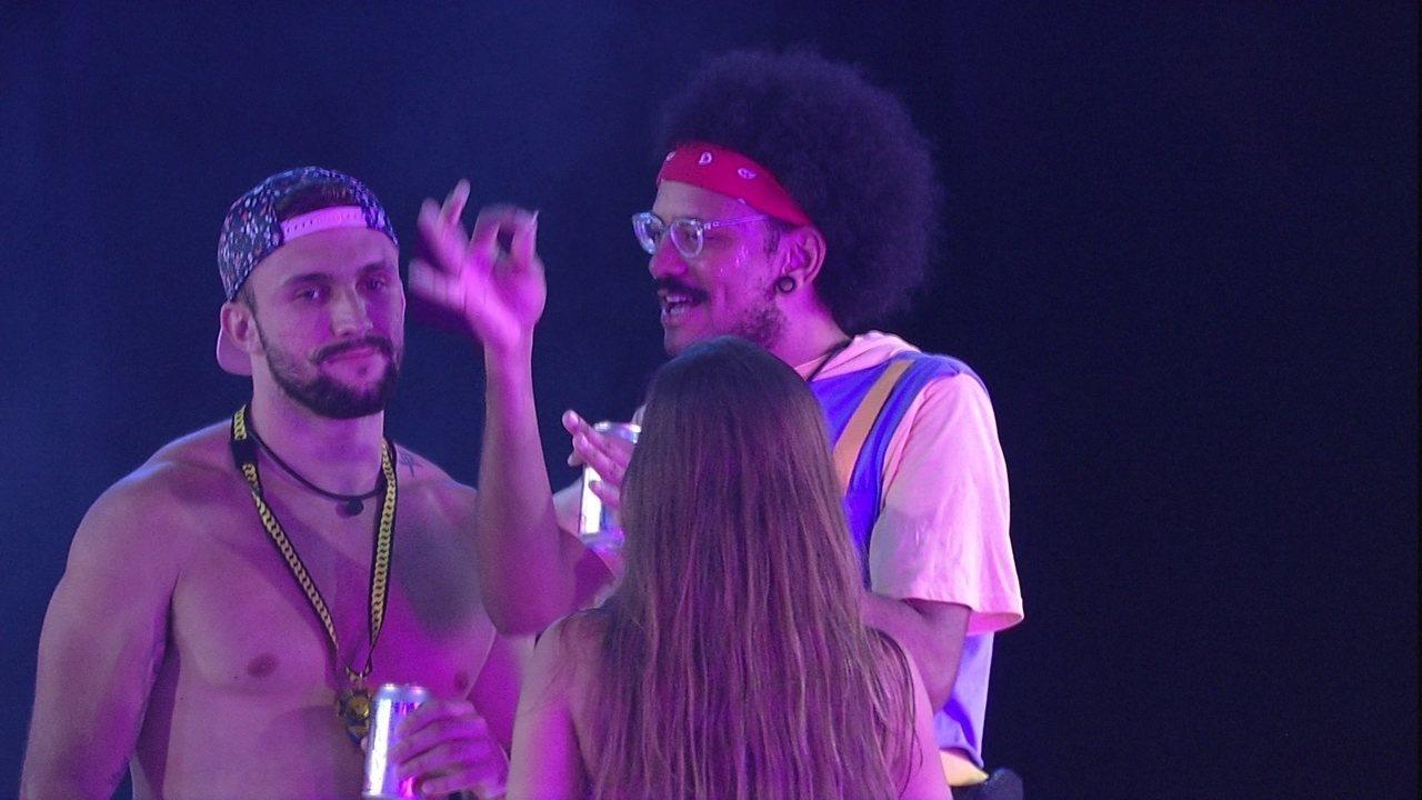 Arthur e João Luiz sentem falta de Carla Diaz em festa do BBB21: 'Olho e vejo um vazio'