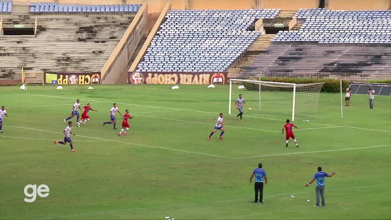 Árbitro marca dois pênaltis em menos de dois minutos para o mesmo clube e gera revolta
