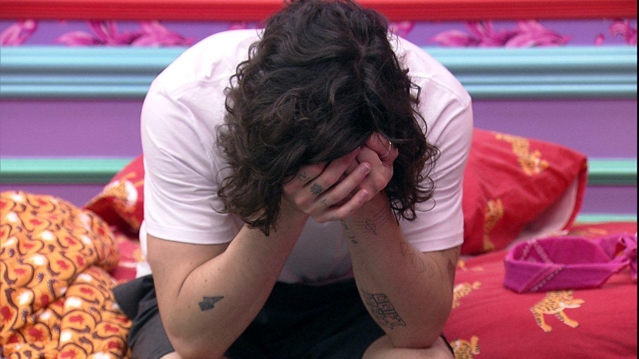 Após ser eliminado da Prova do Líder, Fiuk chora sozinho no Quarto Colorido