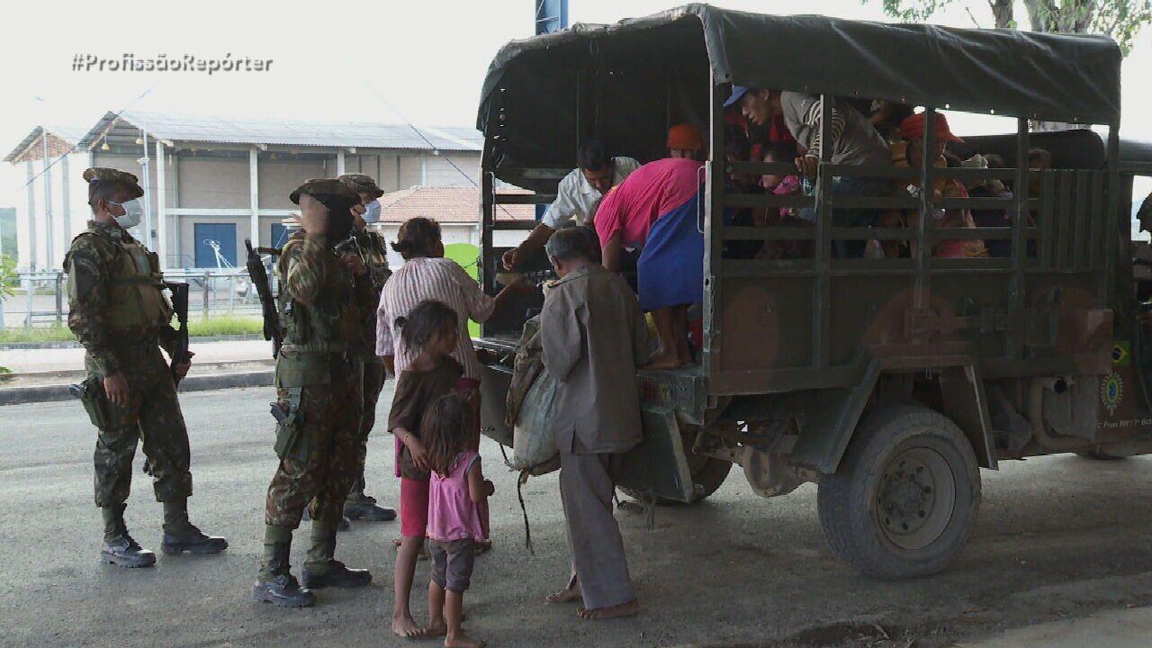 Flagrante mostra grupo de venezuelanos apreendidos após atravessar fronteira