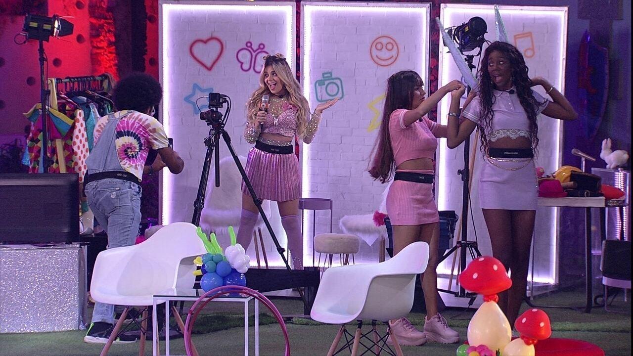 Viih Tube grava vídeo entrevistando Thaís, durante festa no BBB21, e declara: 'Eu amei!'